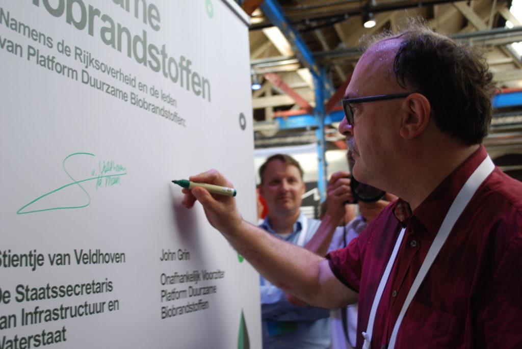 Ondertekening convenant door Platformvoorzitter John Grin